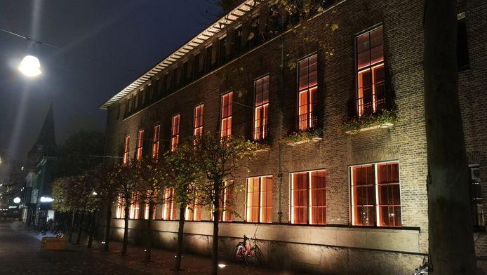 Stadhuis in Enschede kleurt oranje