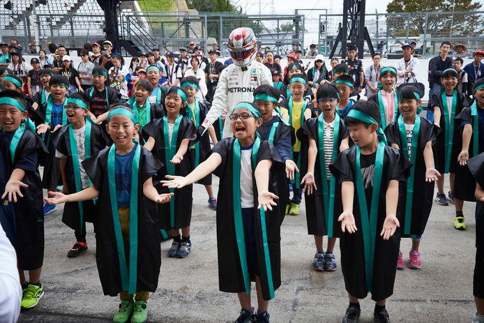 Lewis Hamilton vandaag met Japanse jeugd op het circuit in Suzuka.