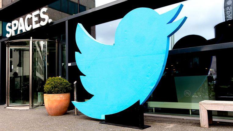 Het kantoor van Twitter in Amsterdam, met het logo groots uitgespannen aan de buitenkant om het tienjarig bestaan te vieren. Beeld anp