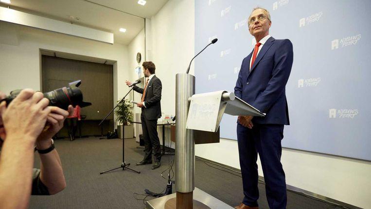 Minister Henk Kamp van economische zaken licht tijdens een persconferentie in Nieuwspoort zijn besluit toe omtrent de gaswinning in Groningen. Beeld anp