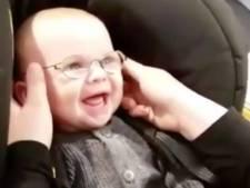 Dolblije baby kan voor het eerst helder zien