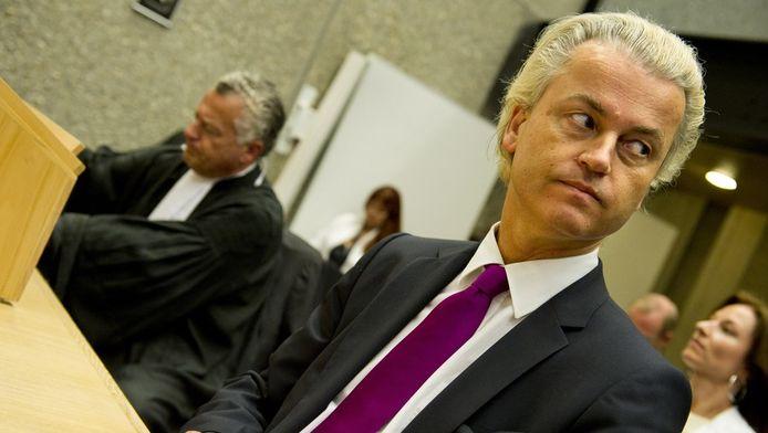 Geert Wilders en Bram Moszkowicz in de rechtbank van Amsterdam.