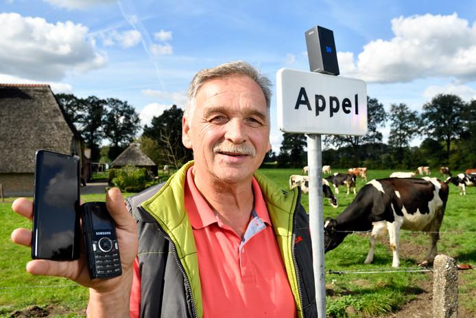 'Appelnees' Henk Bouwman met zijn gratis gekregen smartphonepelstraat Nijkerk
