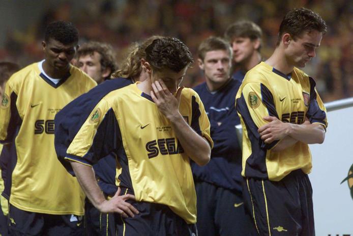 Verdriet bij Nwankwo Kanu, Davor Šuker en Marc Overmars na de verloren UEFA Cup-finale tegen Galatasaray.