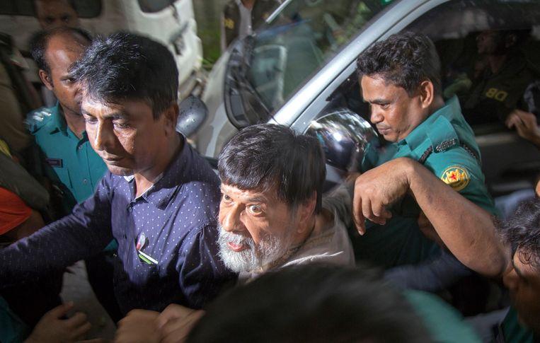 Fotojournalist Shahidul Alam wordt meegevoerd door de politie.  Beeld EPA