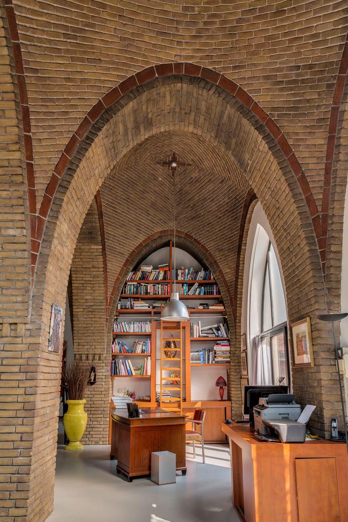 In de voormalige Sint-Theresiakerk is genoeg ruimte voor een mini-bibliotheek.