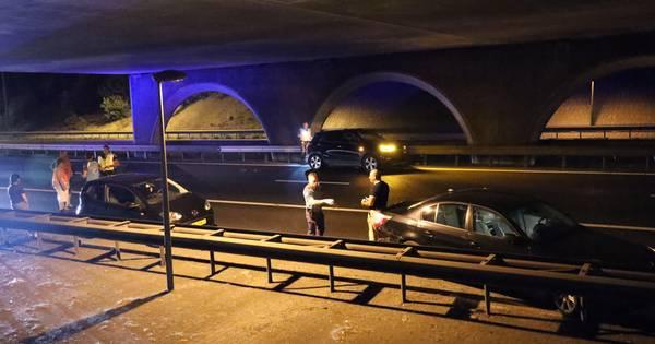 Ongeluk met drie autos op A50, weg afgesloten.