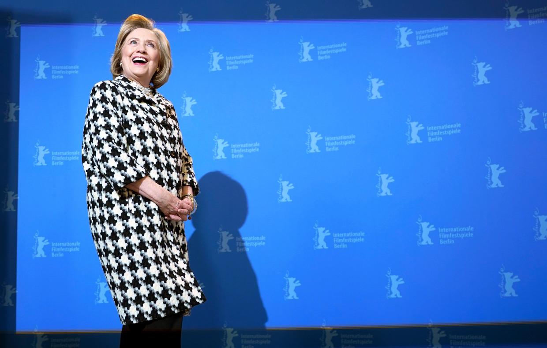 Hillary Clinton tijdens  de fotosessie op de Berlinale, het Berlijnse filmfestival waar ze de vierdelige documentaire over haar leven toelichtte.   Beeld EPA