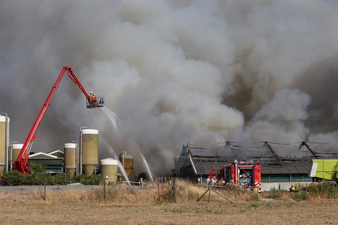 De brandweer was vorig jaar zomer extra druk door droogte en enkele grote branden, zoals deze in Didam.
