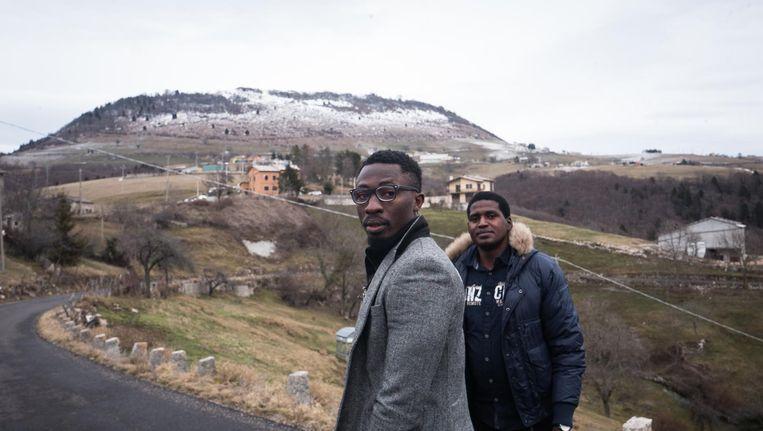 Best en Joseph uit Nigeria zijn ondergebracht in een oude kazerne bij Vaccamozzi. Best: 'Ik vind het moeilijk hier. Ik wil naar een plek met mensen om mee te praten.' Beeld Zolin Nicola