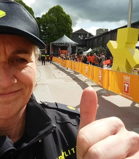 Ook agenten genieten van Koningsdag in Tilburg; ze komen uit alle windstreken