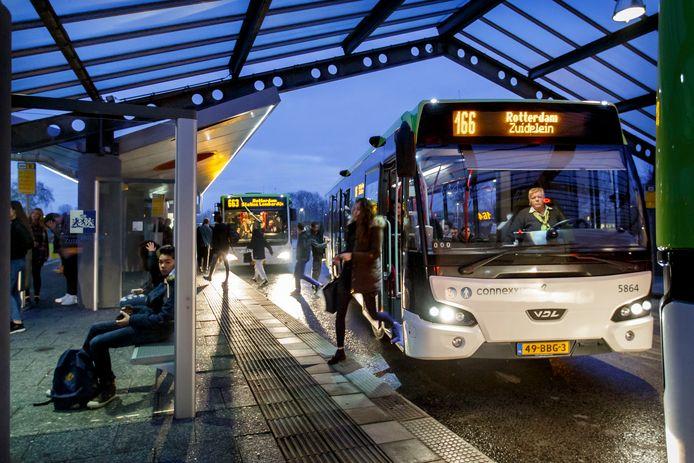Connexxion wil dat bussen richting Hoeksche Waard op bepaalde plekken op de vluchtstrook mogen rijden.