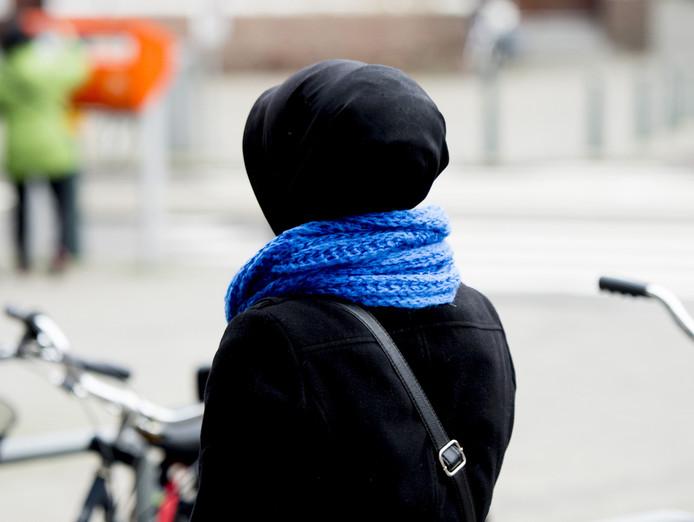 Een 14-jarig meisje met een hoofddoek werd zwaar mishandeld in Emmeloord. De afbeelding is ter illustratie.