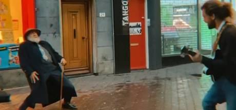 Deze video tovert een lach op je gezicht: oude man showt danskunsten bij straatmuzikant in Den Haag