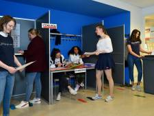 Schaduwverkiezing op Vathorst College: 'Ik had niet verwacht dat de scholieren zo enthousiast zouden zijn'
