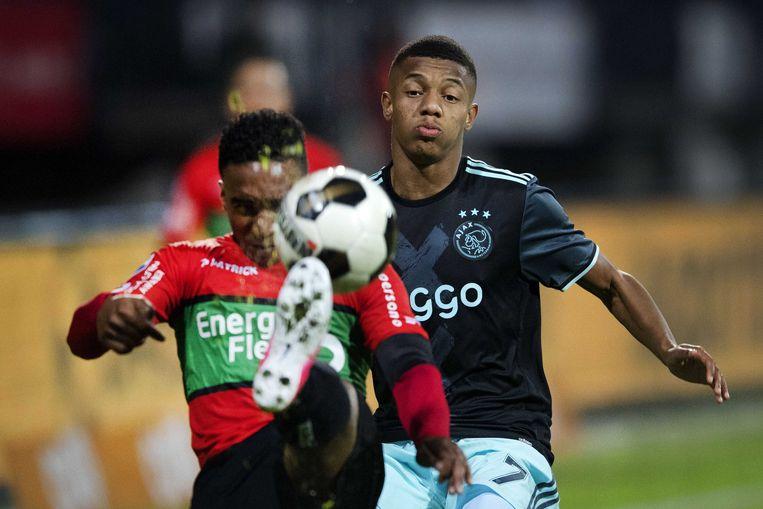 David Neres van Ajax in duel met Lorenzo Burnet van NEC. Ajax won zaterdagavond met 5-1 in De Goffert in Nijmegen van NEC.  Beeld ANP