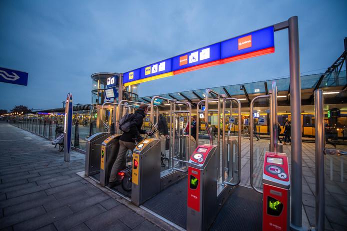 Zonder geldig toegangsbewijs kom je station Apeldoorn vanaf maandag niet meer op.