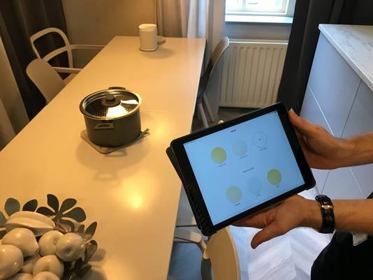 Via de app op een mobiel of tablet kun je het licht aanpassen naar smaak: eerst 'kooktijd', dan 'etenstijd'. Het licht wordt dan gedempt.