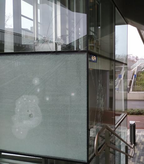Man (22) uit Nijmegen bewerkt station Goffert van onder tot boven met klauwhamer