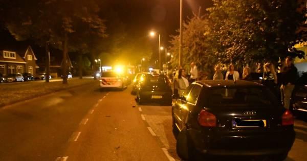 Bestuurder vlucht na ongeluk in Enschede, buurtbewoners houden de man aan.