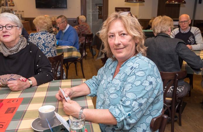 Gerda Wijers (58) uit Mook is aan het kaarten. Zittend. Toch zit ze maar twee uur per dag, zegt ze. Haar kaartpartners beamen dat.