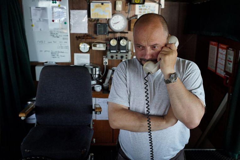 Kapitein Alexander Moroz staat toe nog meer vluchtelingen aan boord te nemen. 'Dit schip is ijzersterk. Nood breekt wet.' Beeld Bram Janssen/AP