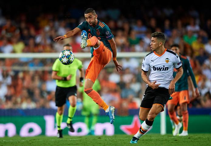 Hakim Ziyech in actie in de heenwedstrijd tegen Valencia, die Ajax met 3-0 won.