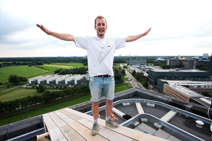 Deltavlieger Arne Tanzer op de startflonder op het dak van studentenflat Johanna in De Uithof.