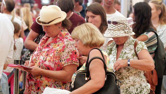 Britse toeristen verzamelen zich aan de check-in in de luchthaven van Sharm-el-Sheikh.