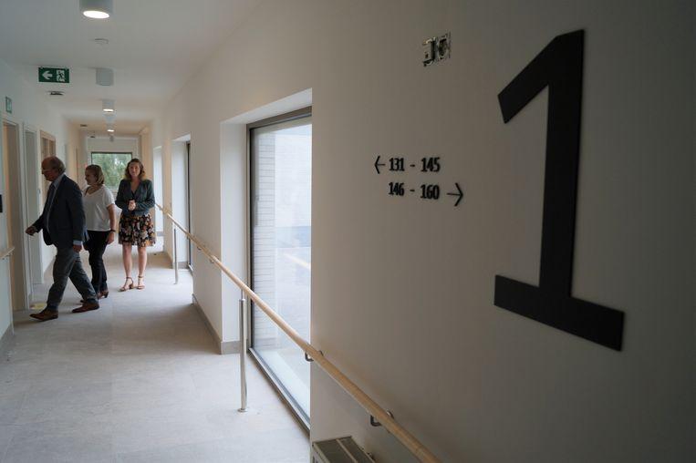 De laatste hand wordt gelegd aan het nieuwe rusthuis Zonnewende van Meulebeke. In de gangen zijn overal grote ramen.
