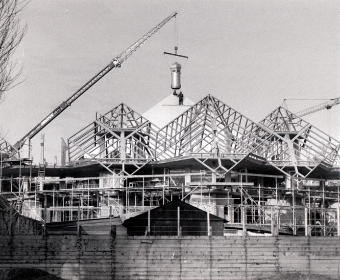 Op 28 oktober 1977 kwam prinses Beatrix naar Helmond voor de officiële opening van 't Speelhuis. In januari van dat jaar was het door architect Piet Blom ontworpen theater met zijn kubusvormige paalwoningen nog volop in aanbouw. Op 29 december 2011 werd het markante gebouw verwoest door brand.