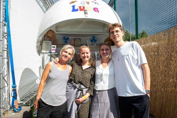 Hilde, Hanne en Laura van RosadiLuna met Lost Frequencies.