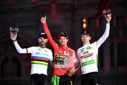 Valverde (l) op het podium als nummer twee van de Vuelta naast winnaar Primoz Roglic en Tadej Pogacar (derde).
