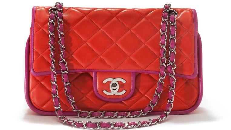 a5a82314e77 ... In februari 1955 ontwierp Coco Chanel haar eerste tas: de 2.55. Vijftig  jaar na dato is er een remake van deze klassieker gemaakt.