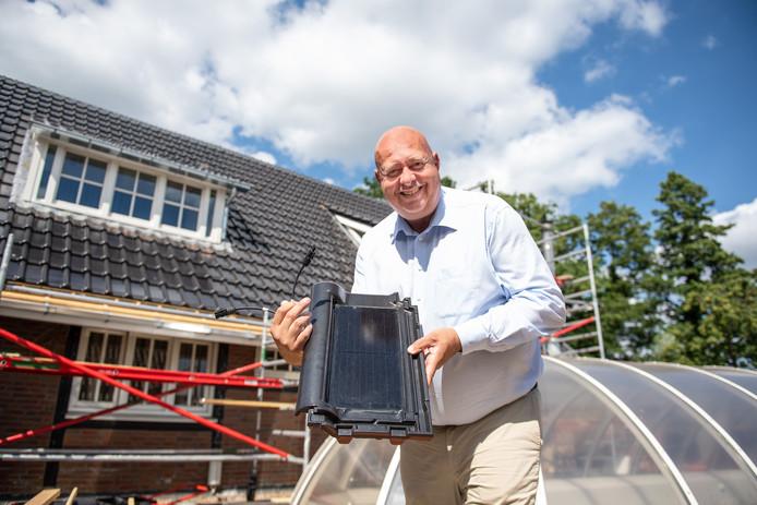 Raymond Strikker van Hotel Bloemenbeek in De Lutte heeft dakbedekking vervangen door pannen met zonnecollectoren.