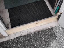 Geen plank voor je kop maar een plank voor je deur: Gemertenaar heeft simpele oplossing voor wateroverlast