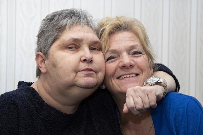 Roelie (links) heeft kanker en is terminaal. Haar grote wens was een tocht in een zijspan. Lisa Beuving (rechts) van de Twentse Biker Babes heeft haar wens doen uitkomen.
