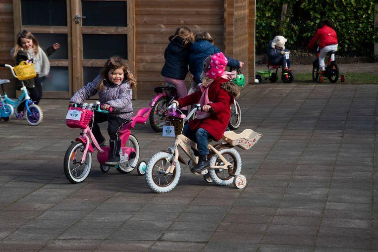 In de basisschool De Zonnebloem in Kalken werden fietsen gepimpt tot 'warme Flandrien Fiets'. De kleinste leerlingen hielden ondertussen een klimaatfietstocht op de speelkoer.
