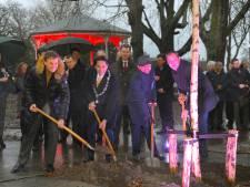Na bomenkap worden nu ook weer bomen geplant in het vernieuwde Molenwaterpark van Middelburg