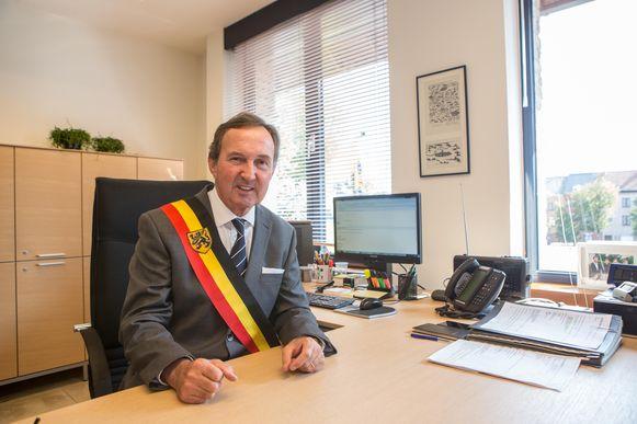 Burgemeester Dirk Pieters, toen hij enkele weken geleden voor de lens van onze fotograaf zat. Hij zal de sjerp 24 jaar gedragen hebben.