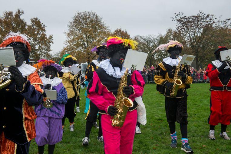 Een fanfare met Zwarte Pieten in Soest. Beeld Hollandse Hoogte / Sabine Joosten