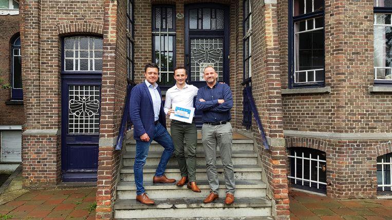 Kevin Dieltjens (midden) overhandigde het bedrag vorige week aan Mark Fonteyn (rechts) onder goedkeurend oog van burgemeester Koen Metsu (N-VA).