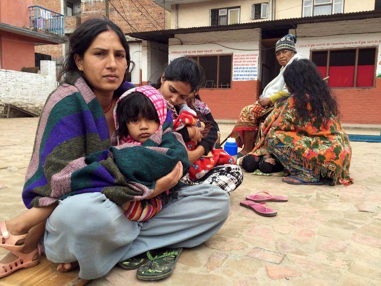Mensen op een school in Kathmandu wachten na de aardbeving op nadere instructies. Beeld reuters