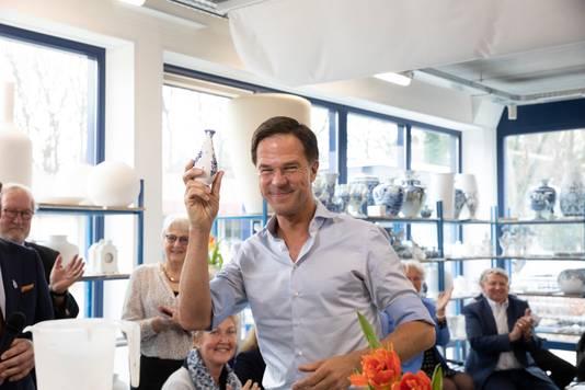De VVD trapte de campagne voor de Provinciale Staten- en waterschapsverkiezingen af in een fabriek van Delftsblauwe vaasjes. Een paar maanden geleden vergeleek de premier Nederland met een vaasje, 'een teer bezit' van ons allemaal.