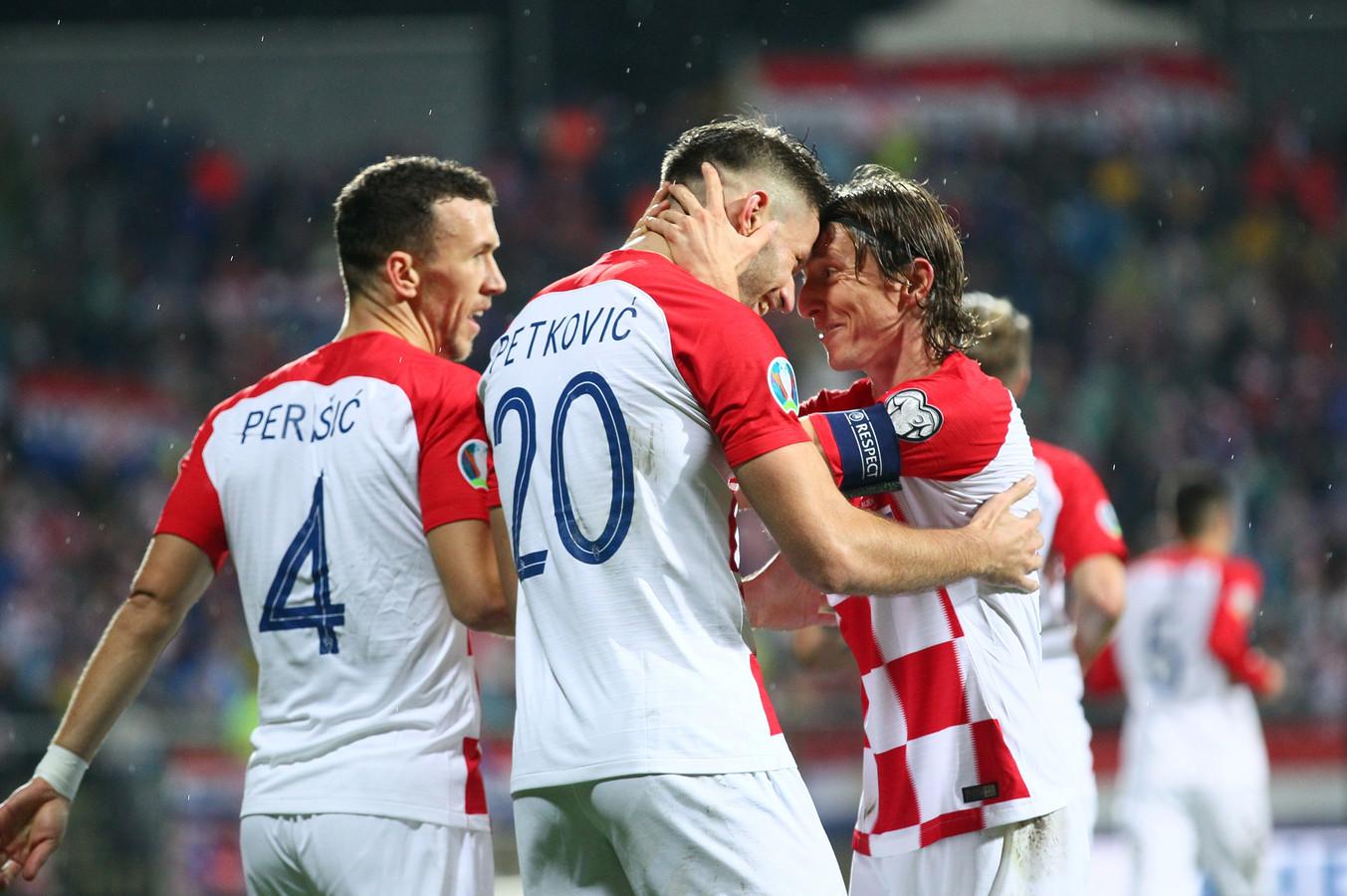 Bruno Petkovic viert zijn gescoorde goal met Luka Modric.