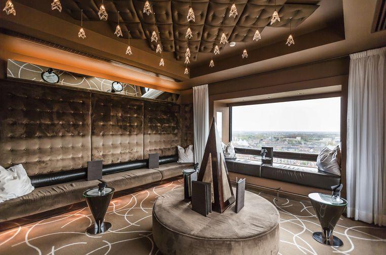 Bar op de bovenste verdieping van het Okura Hotel Beeld Eva Plevier