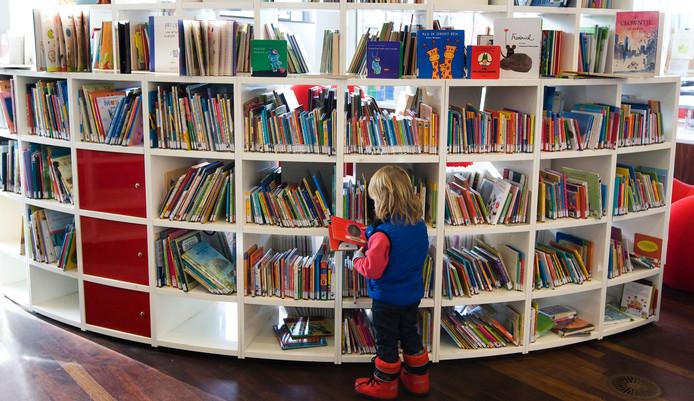 Kinderboeken in een bibliotheek.