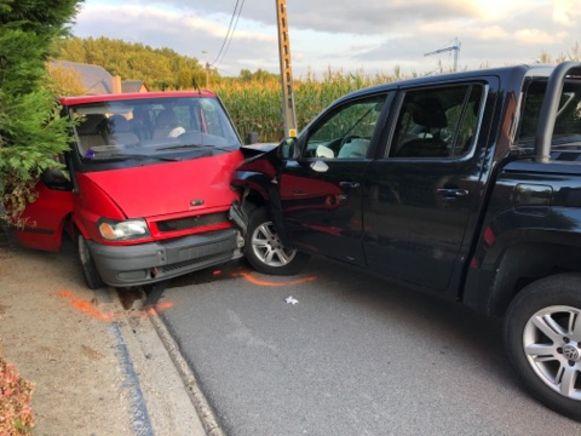 De voertuigen kwamen frontaal in aanrijding met elkaar. De materiële schade was groot.