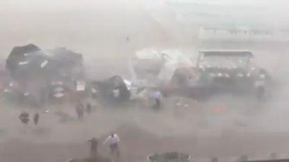 Parasols vliegen weg, klanten vluchten: onthutsende beelden vanop dijk Knokke