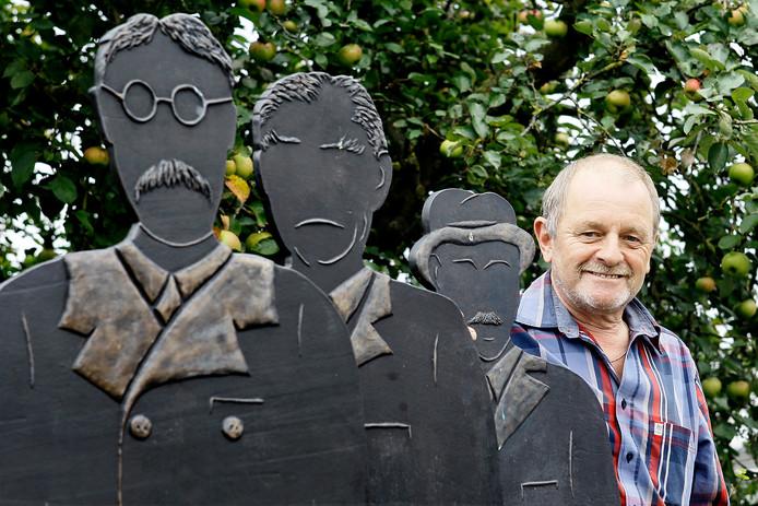 Jan Buter, in 2014 gefotografeerd in Gelselaar bij de drie in brons vereeuwigde, schrijvende schoolmeesters.